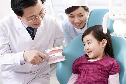 Tập cho trẻ làm quen chỉ nha khoa